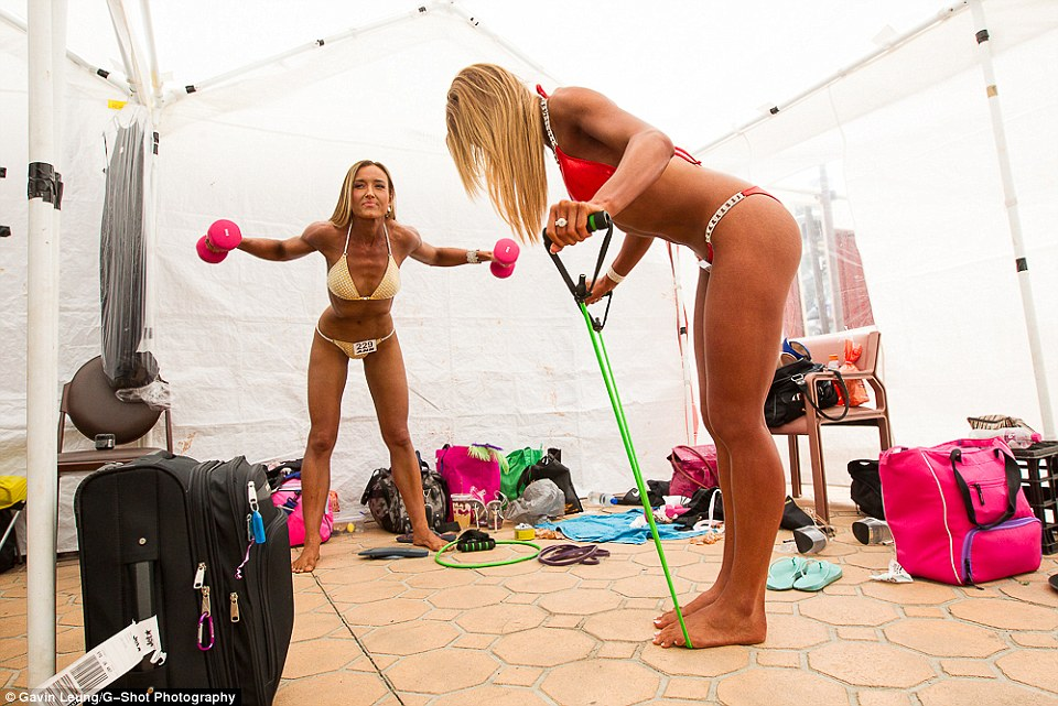 2D8E4F6F00000578-3279322-Two_of_the_competitors_workout_together_back_stage_ahead_of_the_-a-18_1445290748698